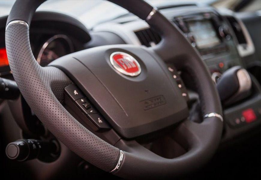 Radio z USB, bluetooth, zaslon na dotik, predpriprava za povezavo ekrana z vzvratno kamero + kontrole na volanu