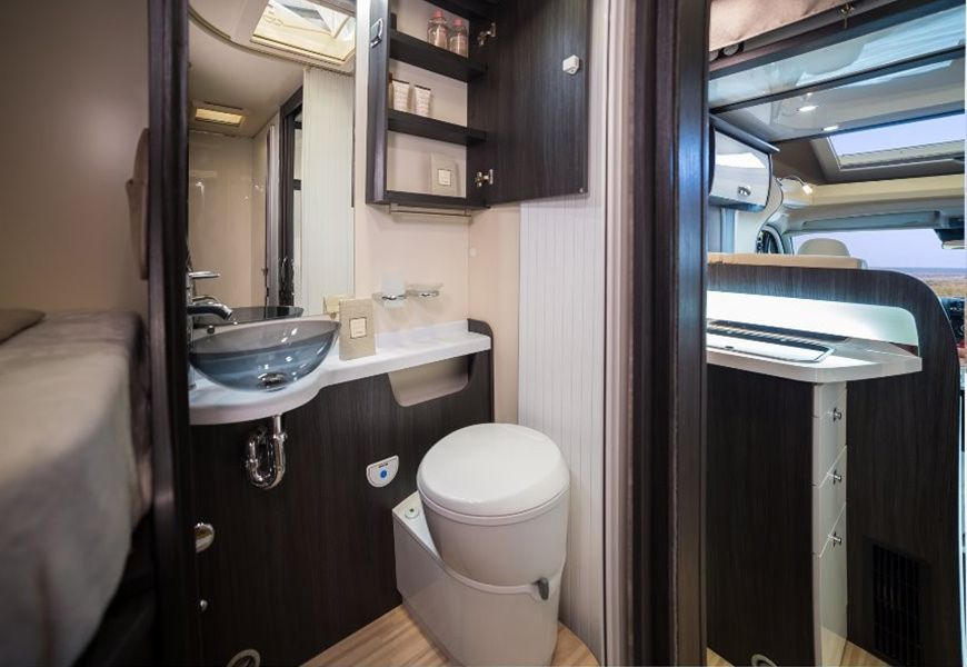 Ločena tuš kabina in WC